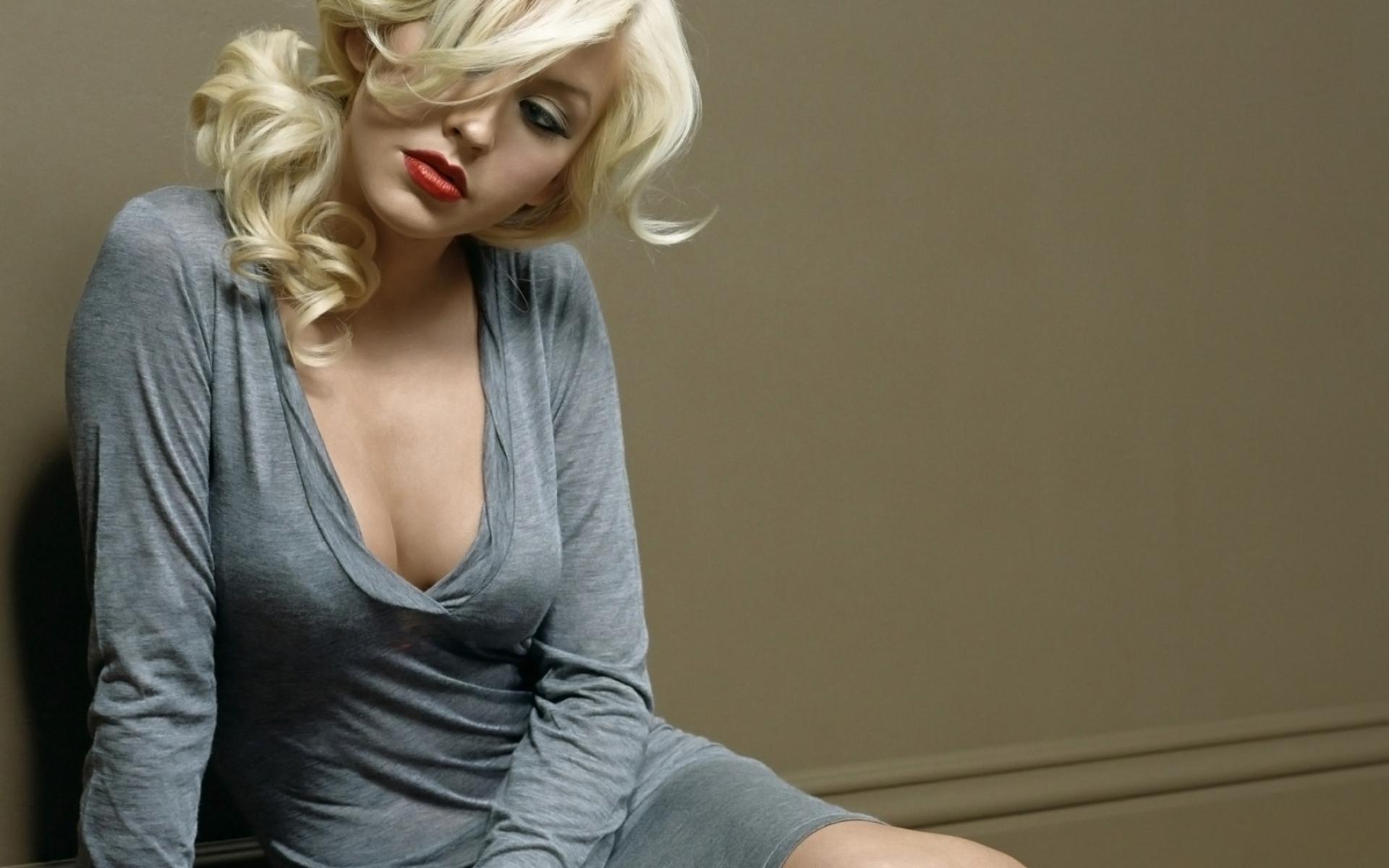 Картинки Christina aguilera, сундук, одежда, пол, блондинка фото и обои на рабочий стол