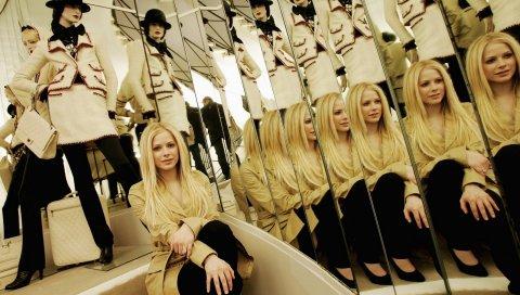 Avril lavigne, зеркало, манекен, комната, одежда