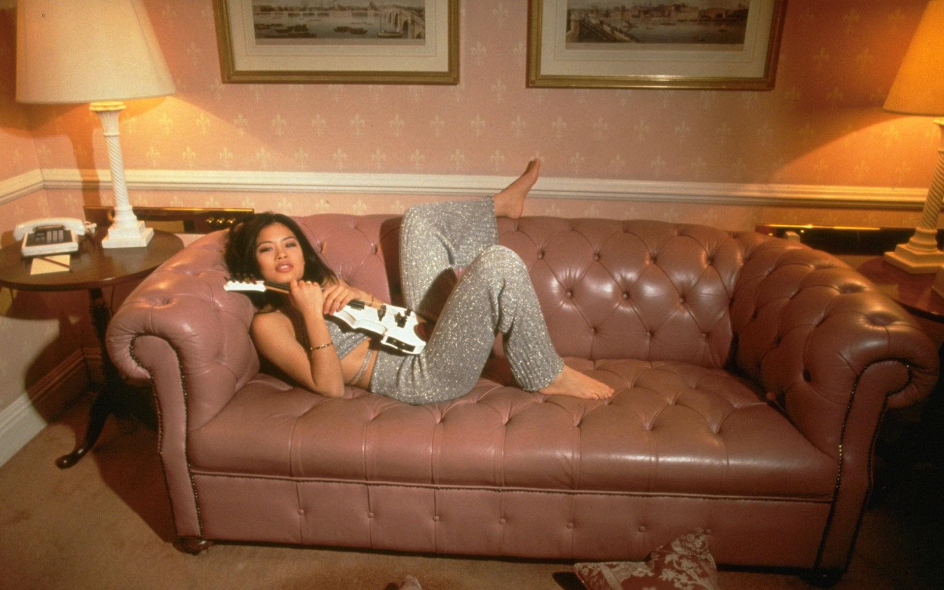 Картинки Vanessa mae, девушка, диван, скрипка, комната фото и обои на рабочий стол