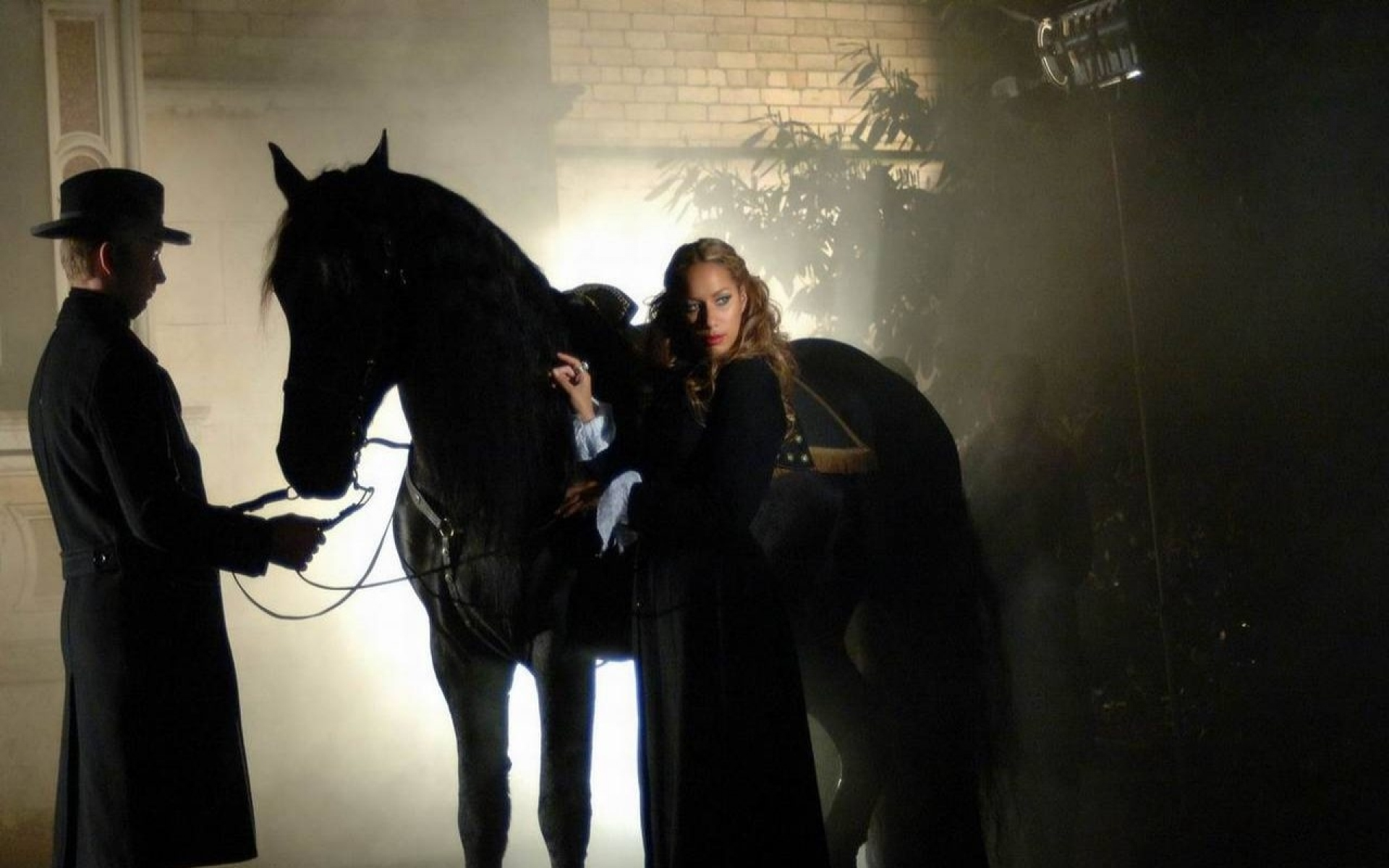 Картинки Leona lewis, девушка, лошадь, дым, жених фото и обои на рабочий стол