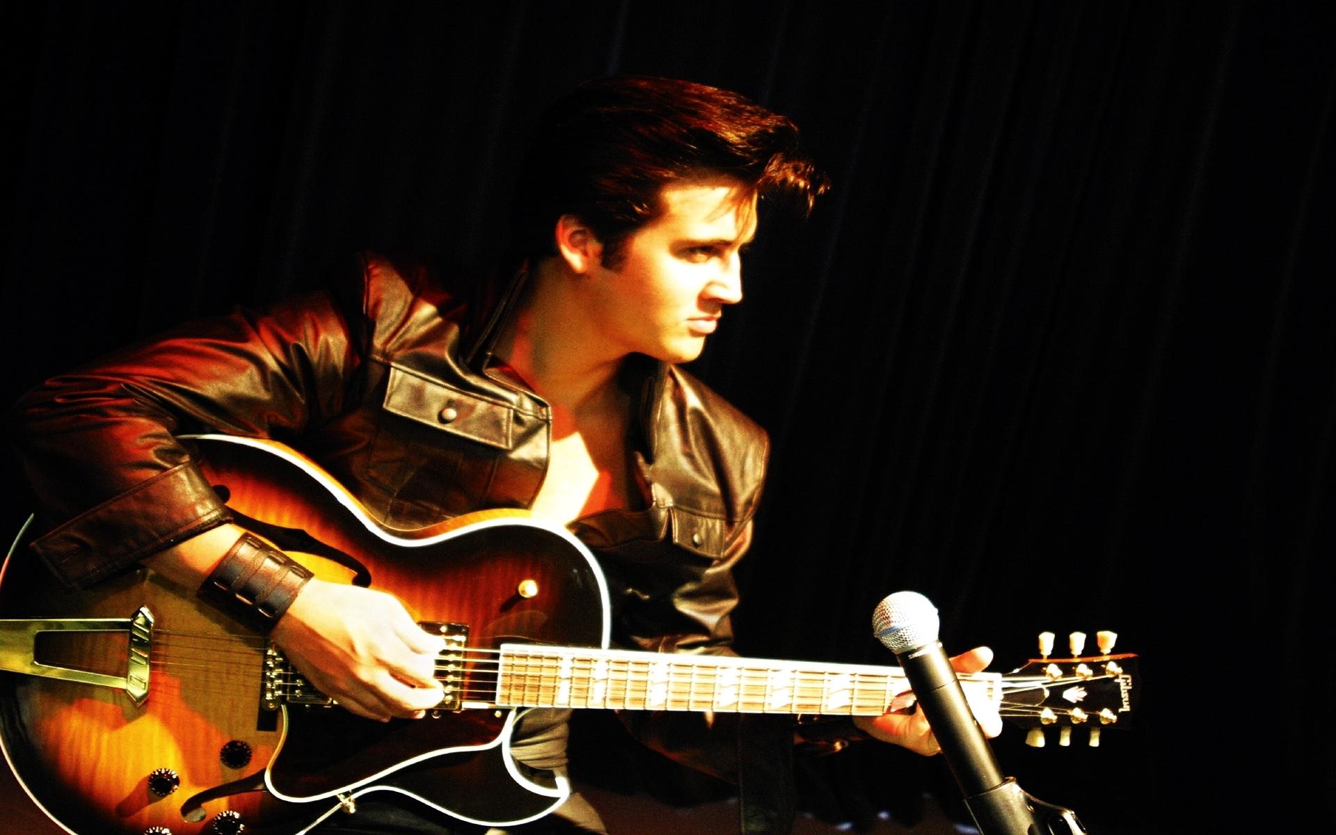 Картинки Elvis presley, гитара, браслет, взгляд, микрофон фото и обои на рабочий стол