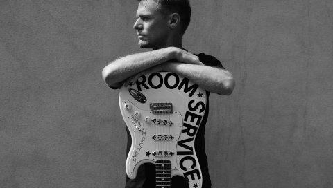 Bryan adams, гитара, руки, взгляд, стена